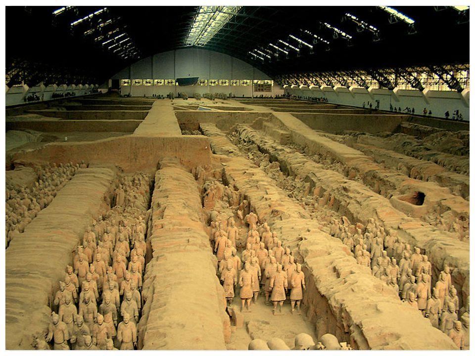 Nejznámější části mauzolea jsou 3 podzemní jámy, kde se nalézá 8 tisíc vojáků vyrobených z terakotové hlíny, původně byly sochy barevné.