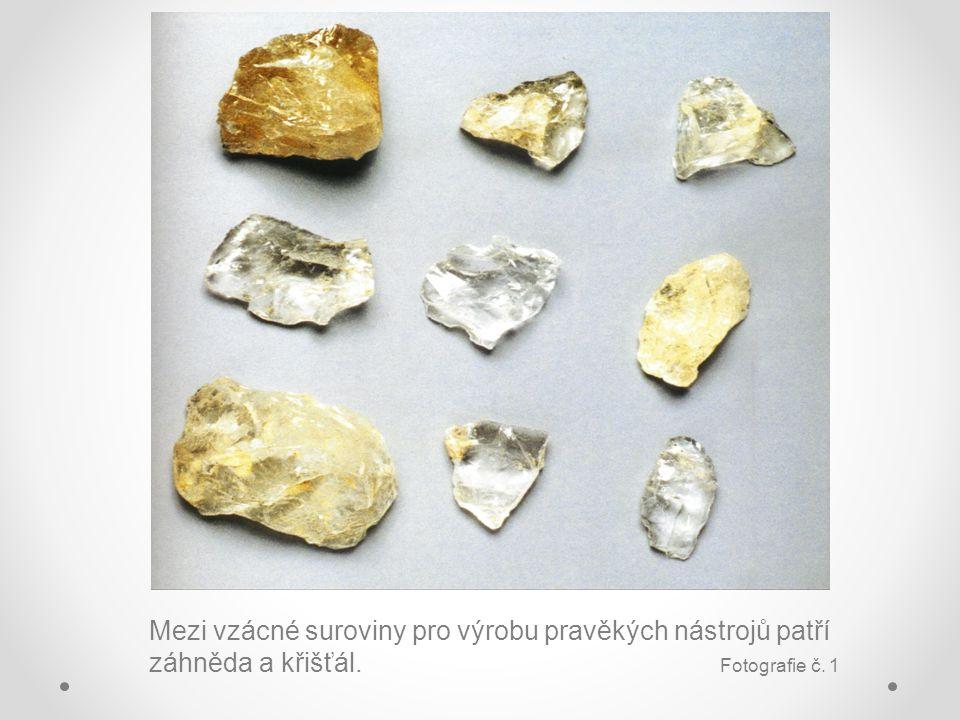 Mezi vzácné suroviny pro výrobu pravěkých nástrojů patří záhněda a křišťál. Fotografie č. 1