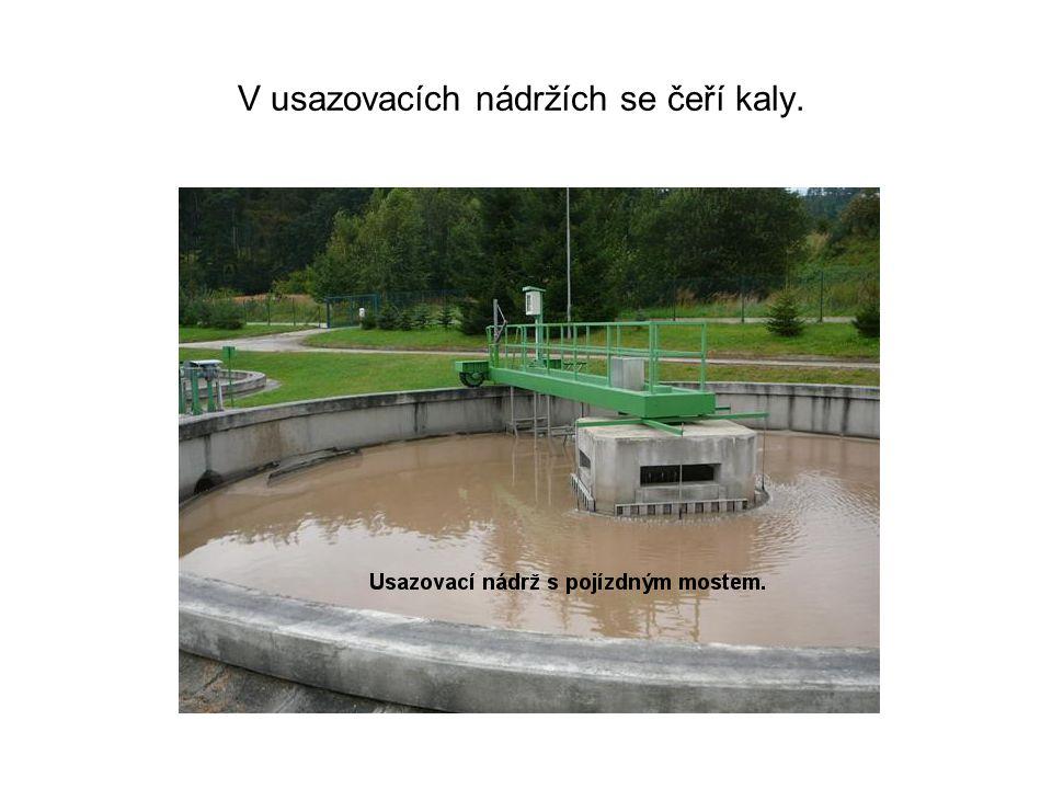 V usazovacích nádržích se čeří kaly.