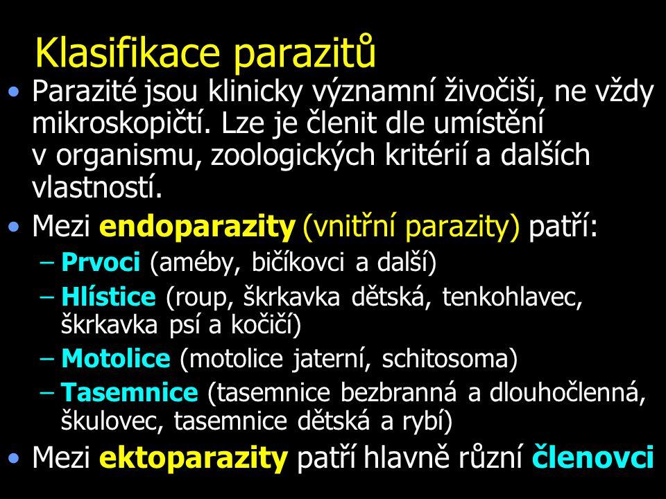 Klasifikace parazitů Parazité jsou klinicky významní živočiši, ne vždy mikroskopičtí. Lze je členit dle umístění v organismu, zoologických kritérií a