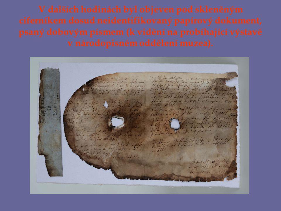 V dalších hodinách byl objeven pod skleněným ciferníkem dosud neidentifikovaný papírový dokument, psaný dobovým písmem (k vidění na probíhající výstavě v národopisném oddělení muzea).