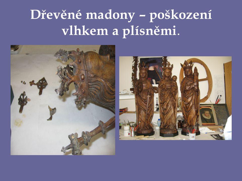 Dřevěné madony – poškození vlhkem a plísněmi.