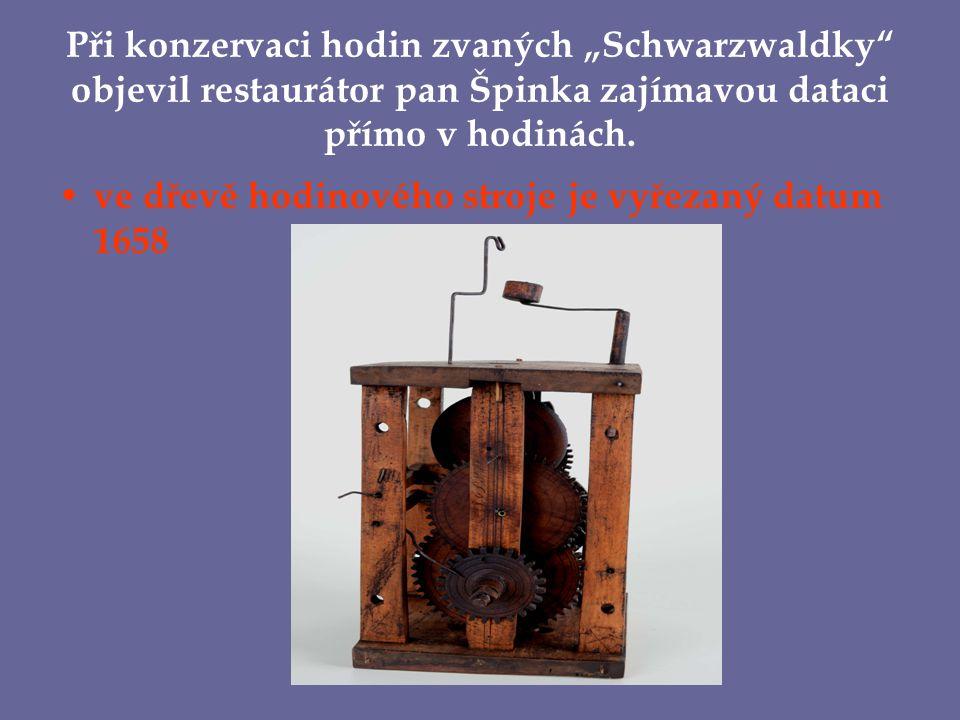 """Při konzervaci hodin zvaných """"Schwarzwaldky objevil restaurátor pan Špinka zajímavou dataci přímo v hodinách."""