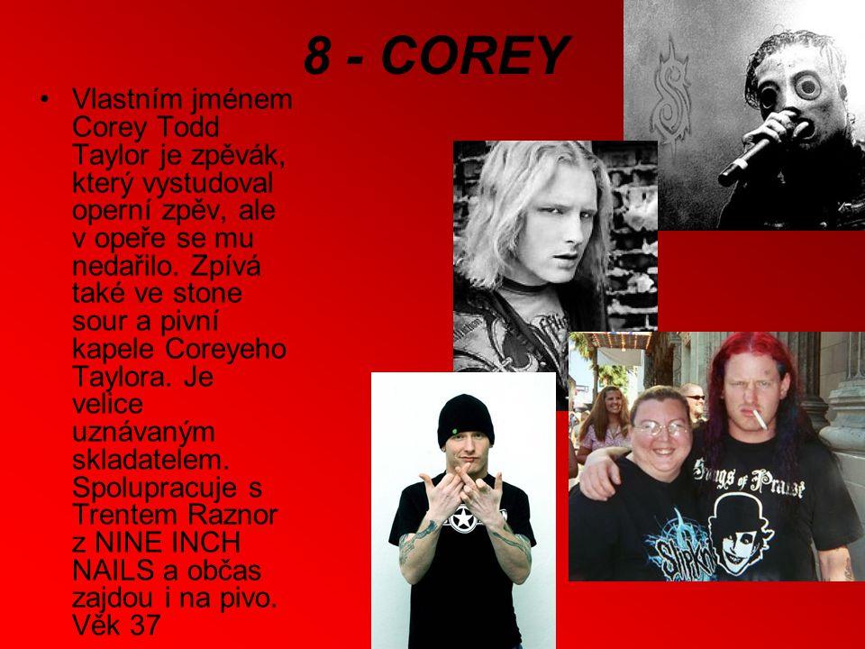 8 - COREY Vlastním jménem Corey Todd Taylor je zpěvák, který vystudoval operní zpěv, ale v opeře se mu nedařilo.
