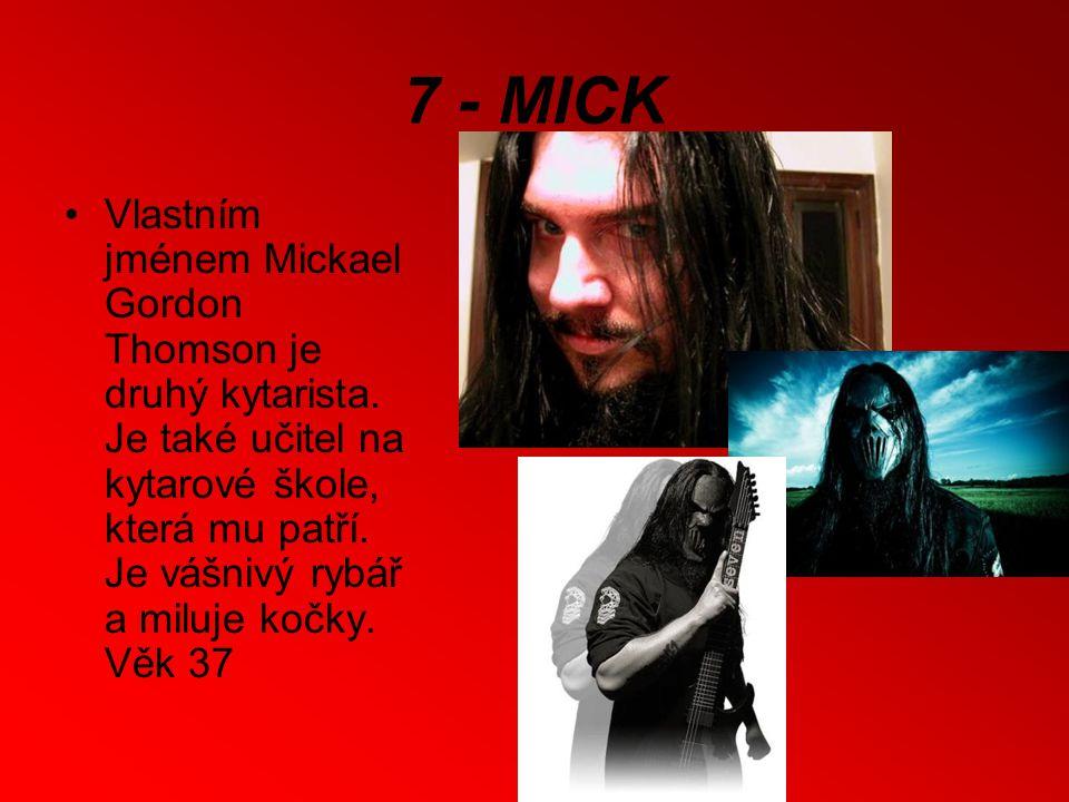 7 - MICK Vlastním jménem Mickael Gordon Thomson je druhý kytarista.