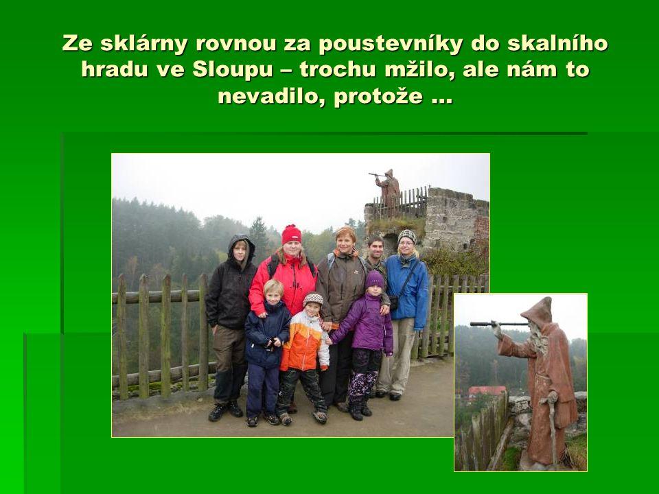 Ze sklárny rovnou za poustevníky do skalního hradu ve Sloupu – trochu mžilo, ale nám to nevadilo, protože …