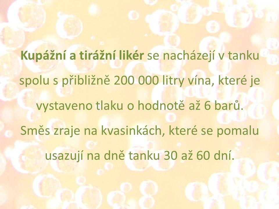Kupážní a tirážní likér se nacházejí v tanku spolu s přibližně 200 000 litry vína, které je vystaveno tlaku o hodnotě až 6 barů. Směs zraje na kvasink