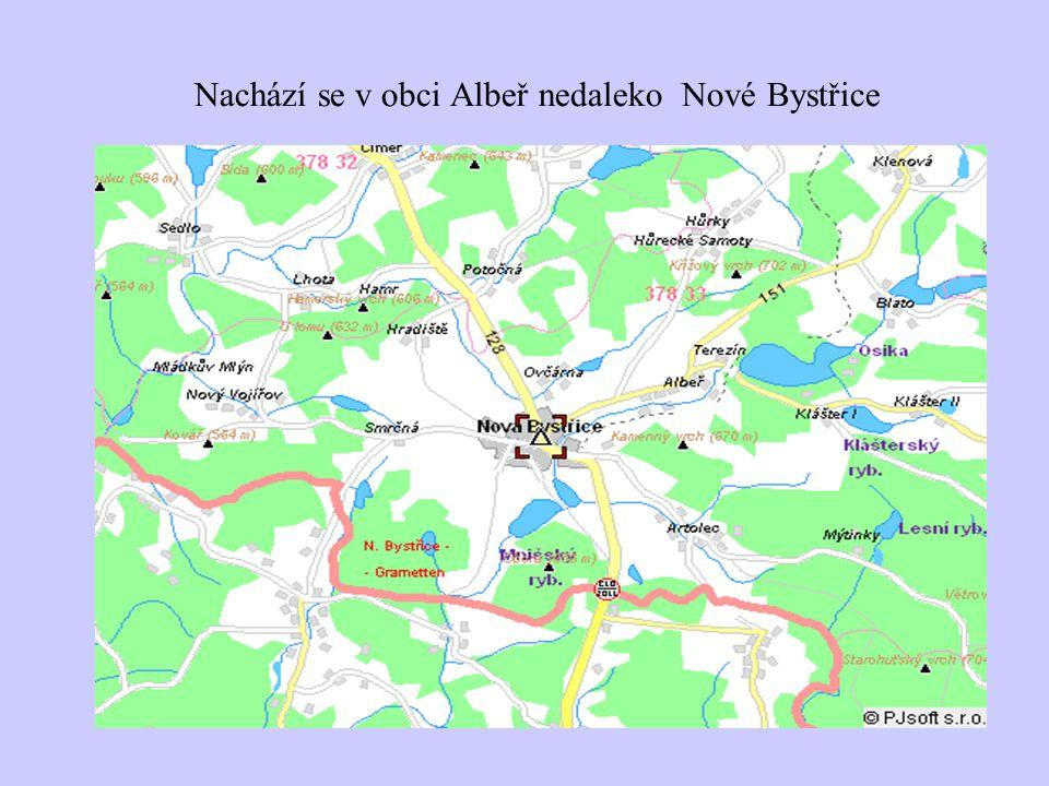 Nachází se v obci Albeř nedaleko Nové Bystřice