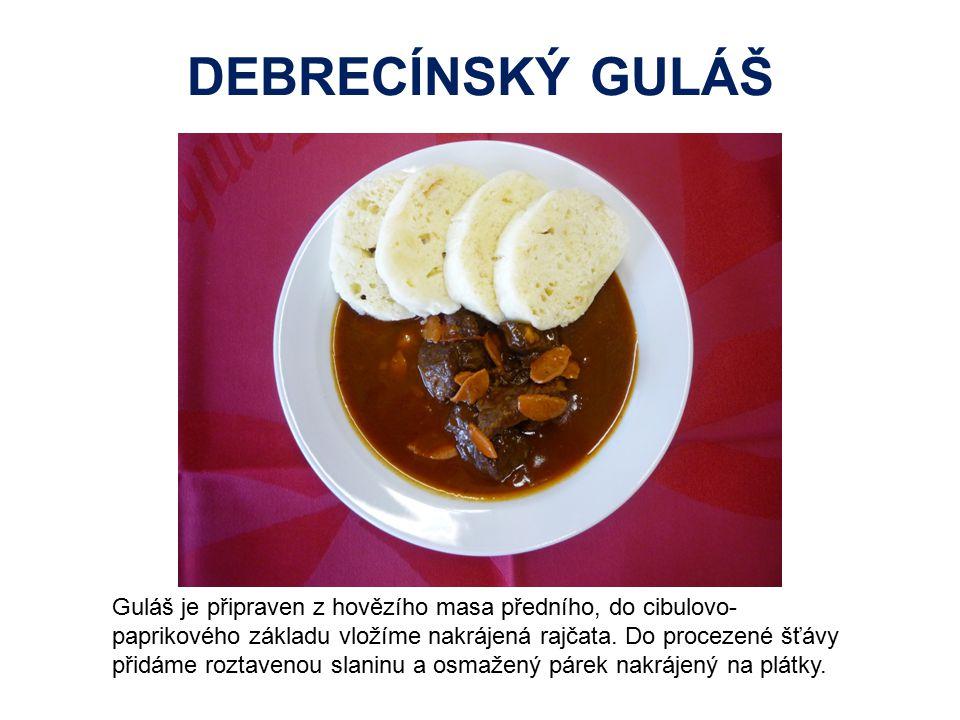 DEBRECÍNSKÝ GULÁŠ Guláš je připraven z hovězího masa předního, do cibulovo- paprikového základu vložíme nakrájená rajčata. Do procezené šťávy přidáme