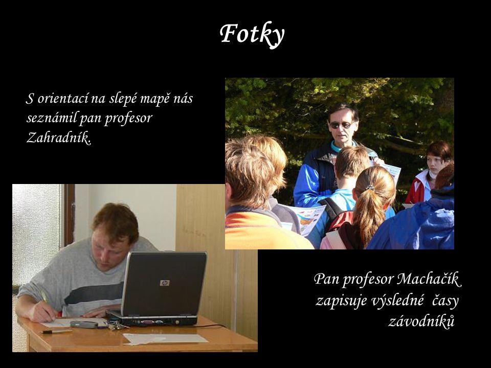 Fotky S orientací na slepé mapě nás seznámil pan profesor Zahradník. Pan profesor Machačík zapisuje výsledné časy závodníků.