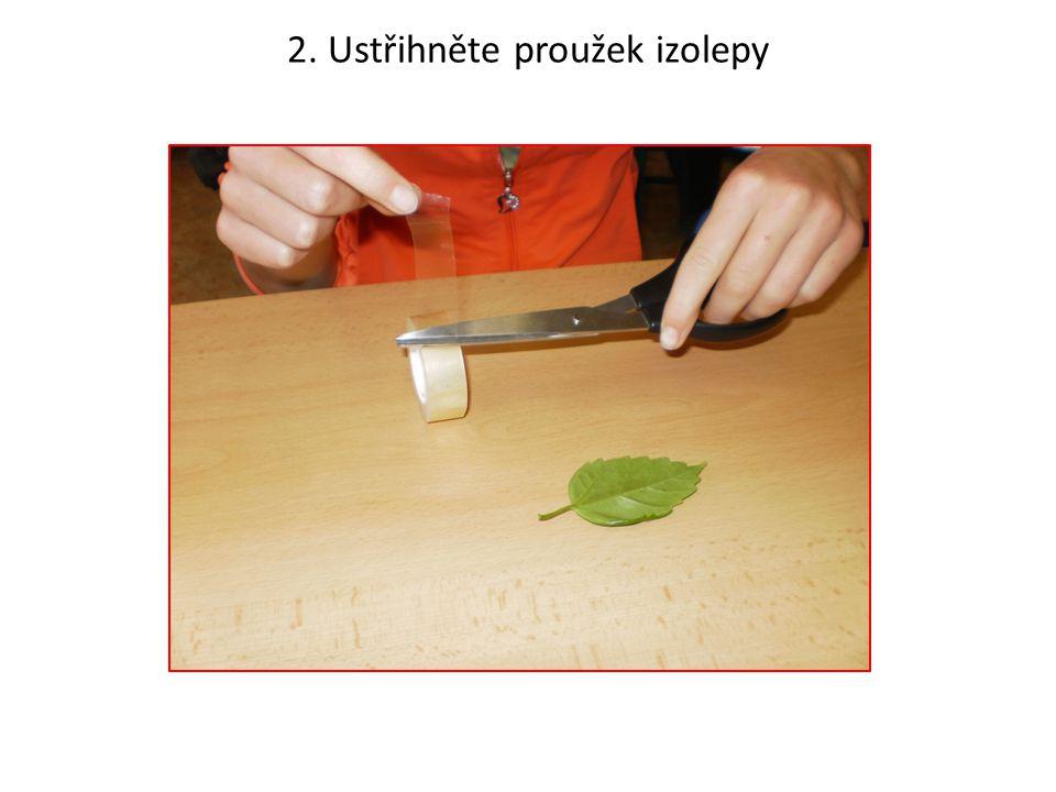 2. Ustřihněte proužek izolepy