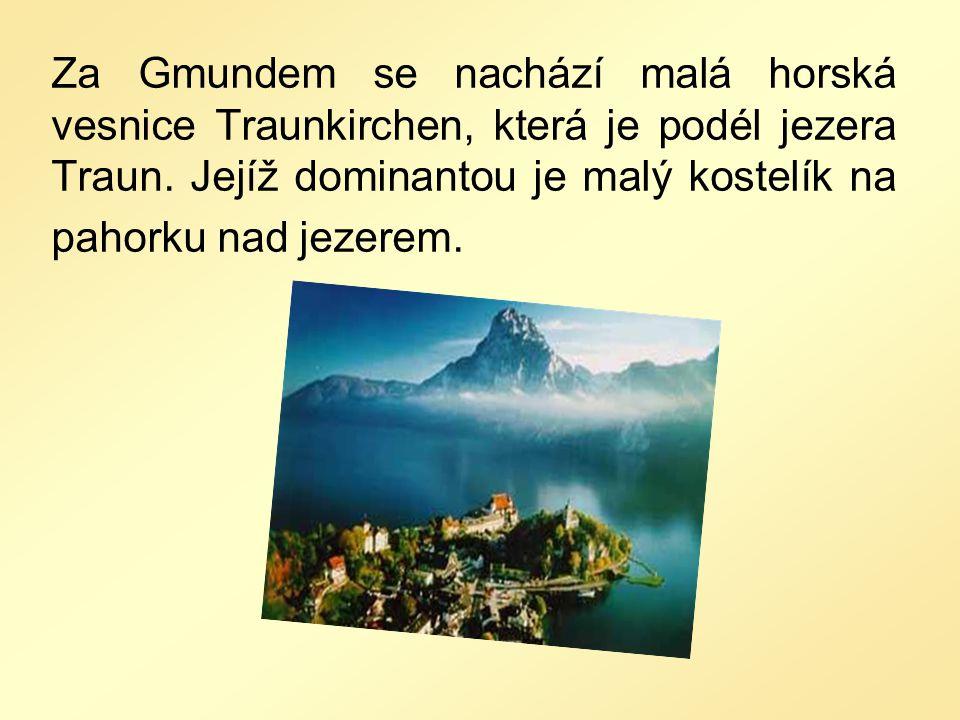Za Gmundem se nachází malá horská vesnice Traunkirchen, která je podél jezera Traun. Jejíž dominantou je malý kostelík na pahorku nad jezerem.