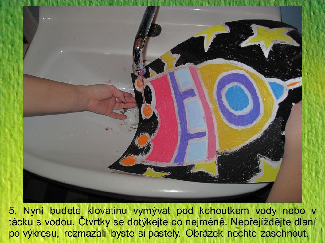 5. Nyní budete klovatinu vymývat pod kohoutkem vody nebo v tácku s vodou. Čtvrtky se dotýkejte co nejméně. Nepřejíždějte dlaní po výkresu, rozmazali b