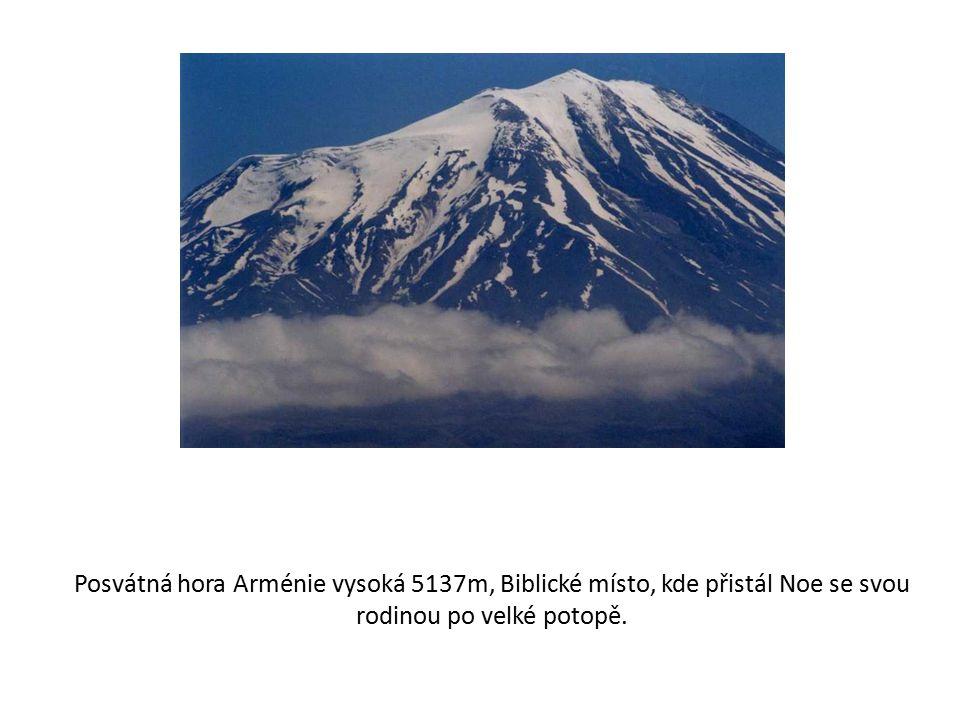 Posvátná hora Arménie vysoká 5137m, Biblické místo, kde přistál Noe se svou rodinou po velké potopě.