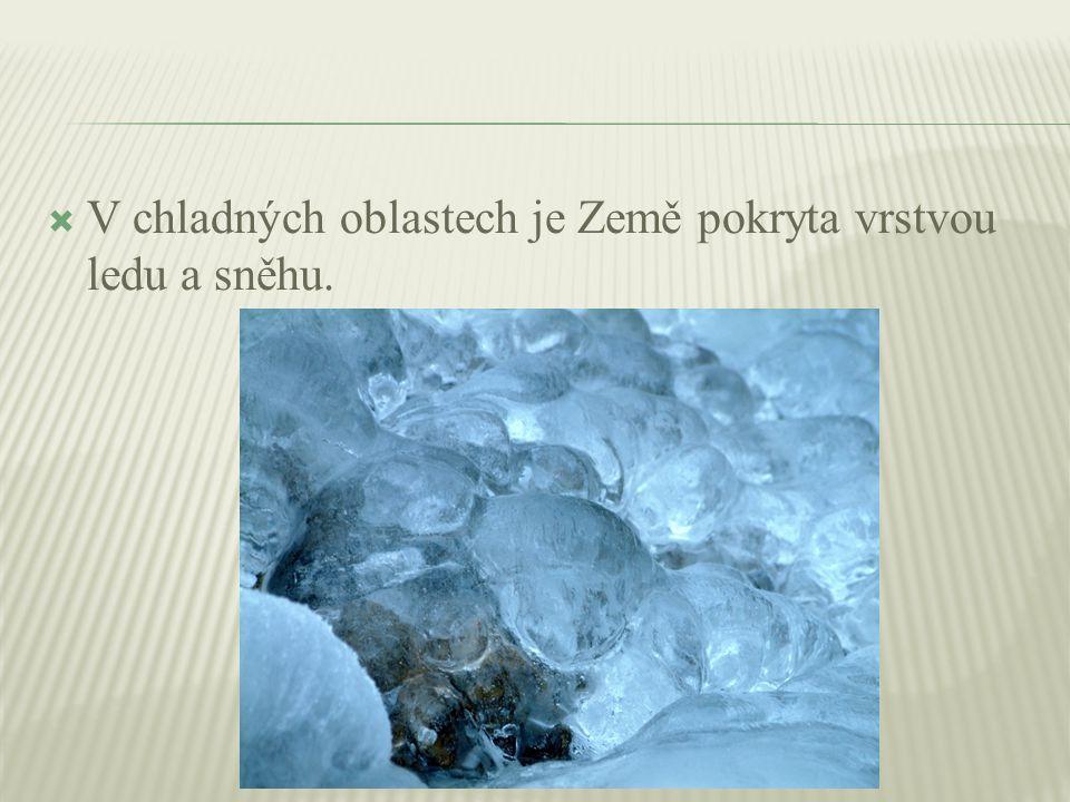  V chladných oblastech je Země pokryta vrstvou ledu a sněhu.