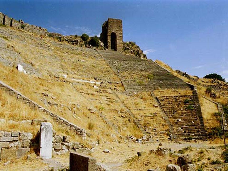 Řecké divadlo z předchozí foto Na svahu Akropole je vybudované krásné řecké divadlo.