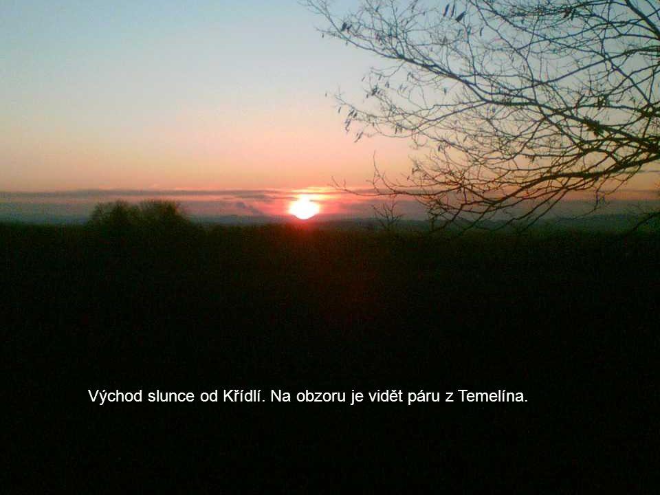 Východ slunce od Křídlí. Na obzoru je vidět páru z Temelína.
