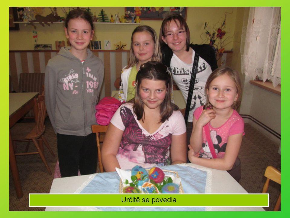 12.2. Děvčata z Pusíka vytvářejí vypichovaná vajíčka
