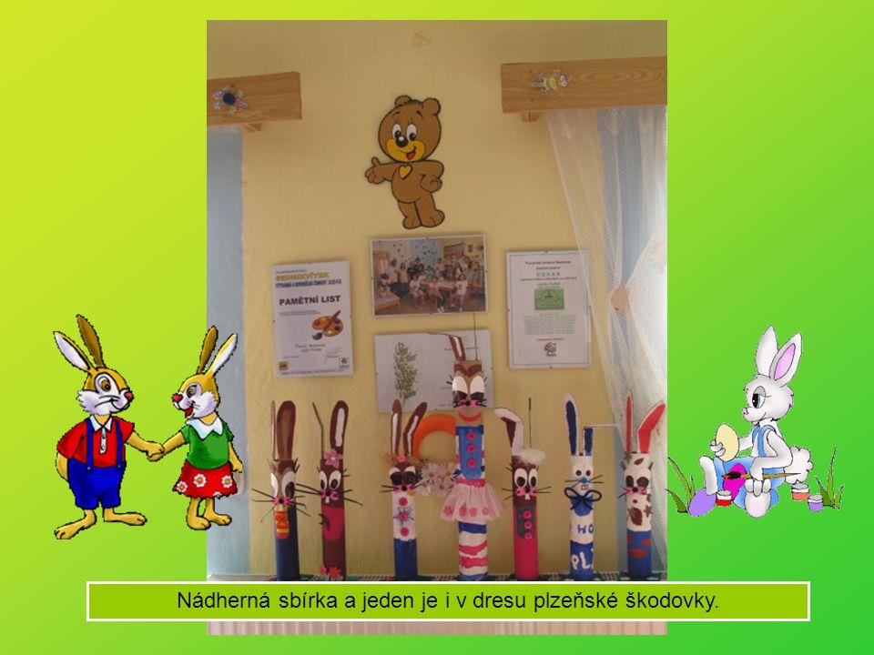 Pusíci vyrábějí velikonoční zajíce.