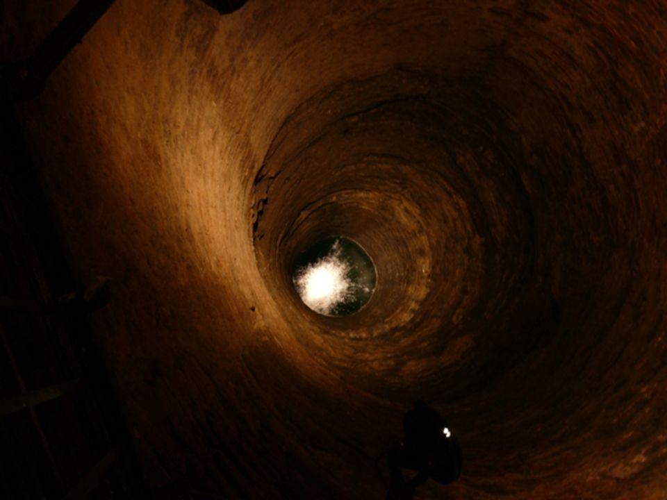 Zveme všechny zájemce na prohlídku části mělnického podzemí a středověké studny ze 14.století, která je přístupná pouze 150metrů dlouhou podzemní chodbou.Vstup do studny je opatřen bezpečnou mříží, takže se každý může bez obav podívat do hlubin na smaragdově zbarvenou vodu, ale i nahoru, kde uvidí klenbu z konce 19.století, na níž se již vytvořila výzdoba tvořená sněhobílými tenkými dlouhými krápníky.