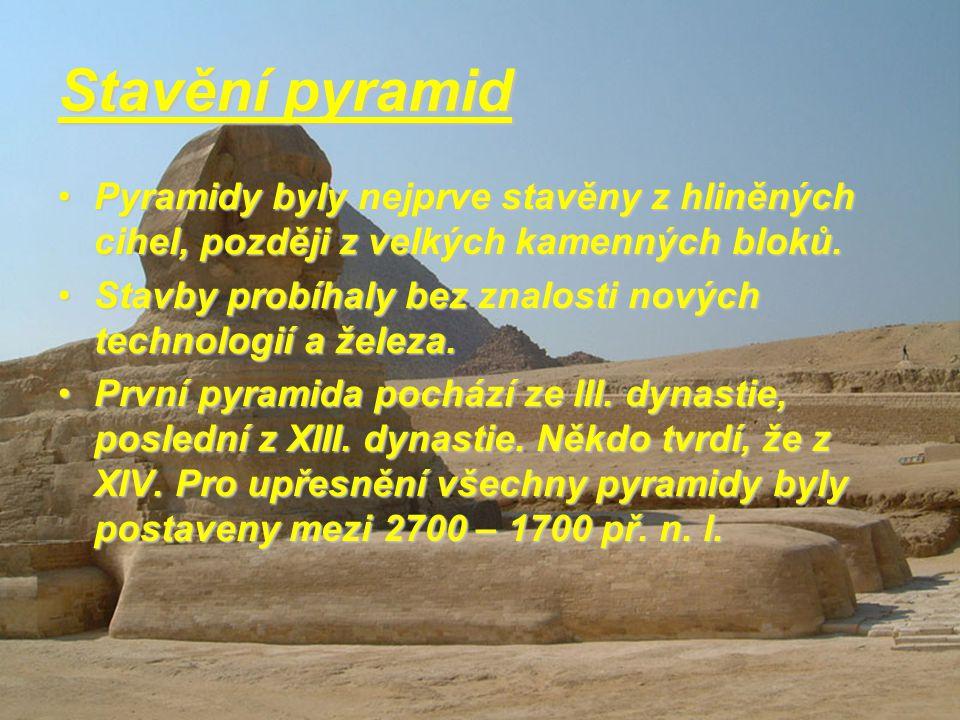 Pyramidy Je to stavba, která má tvar jehlanu. Základem jehlanu je čtyřúhelník nebo trojúhelník, čili pyramidy mají tři nebo čtyři strany. Drtivá větši