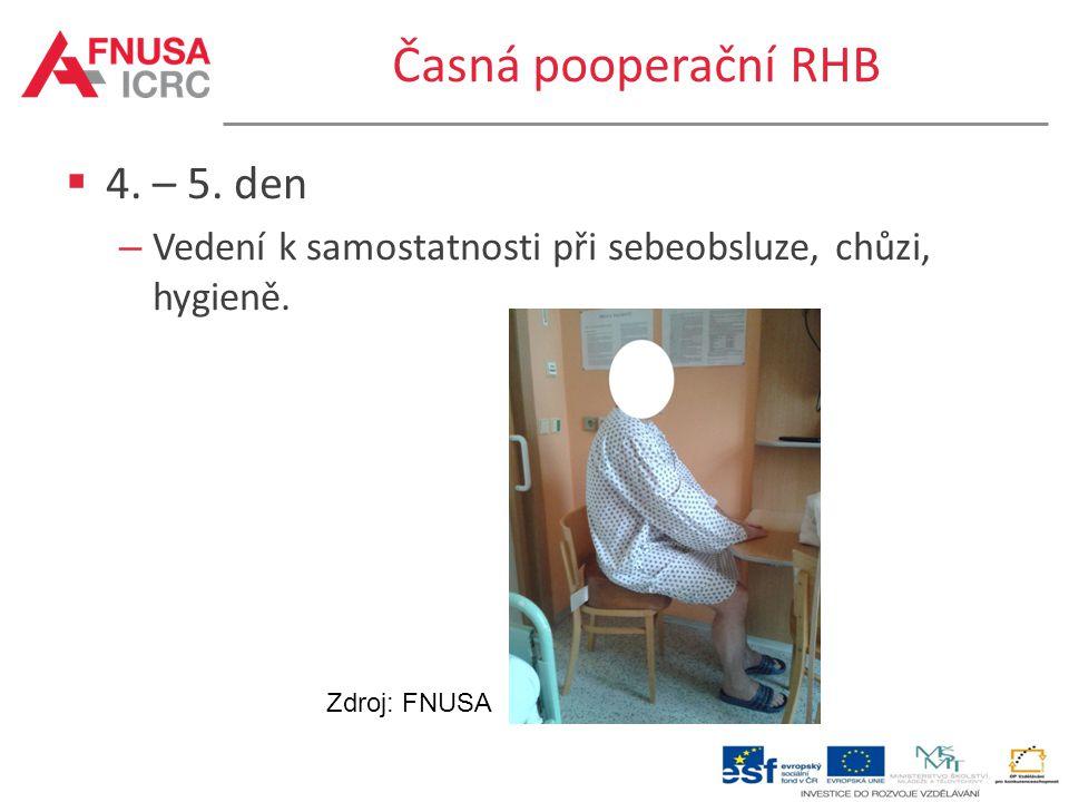 Časná pooperační RHB  4. – 5. den – Vedení k samostatnosti při sebeobsluze, chůzi, hygieně. Zdroj: FNUSA