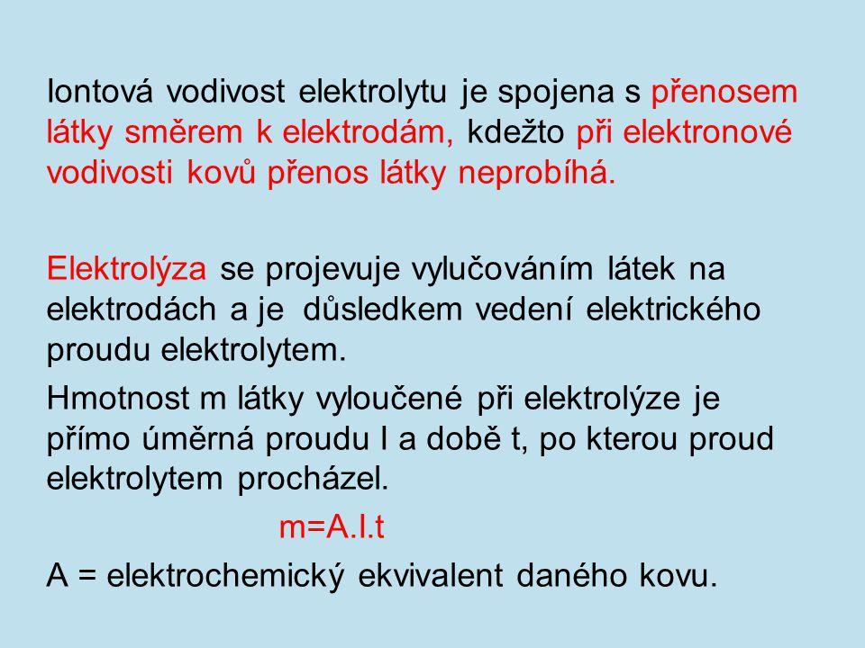 Iontová vodivost elektrolytu je spojena s přenosem látky směrem k elektrodám, kdežto při elektronové vodivosti kovů přenos látky neprobíhá.