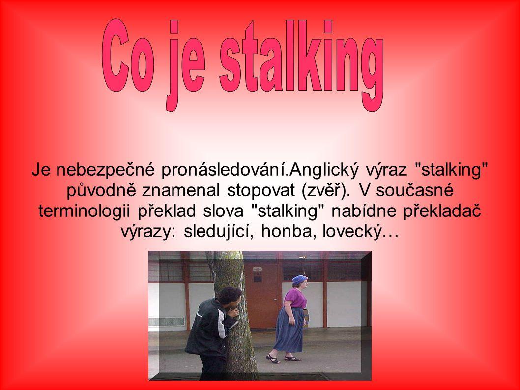 Je nebezpečné pronásledování.Anglický výraz stalking původně znamenal stopovat (zvěř).