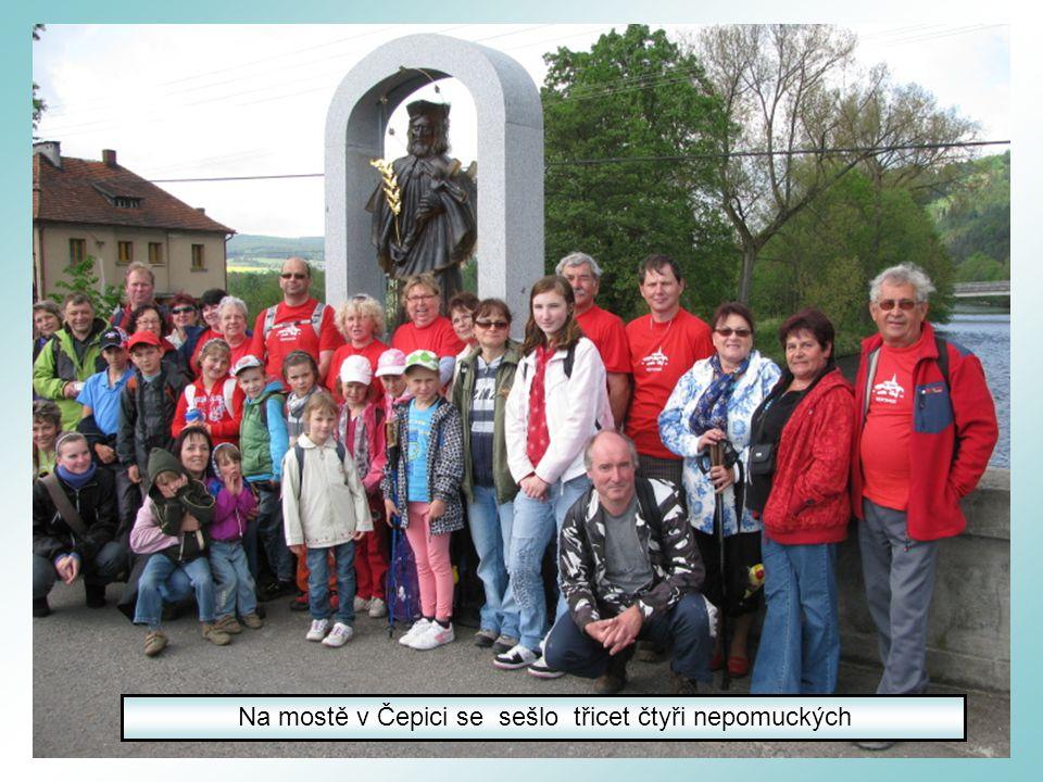 Oboustranná skleněná socha sv.Jana Nepomuckého od sochařky Vladimíry Tesařové byla odhalena 12.5.2012 Ve hvězdičce je uvedeno jméno dárce na realizaci sochy