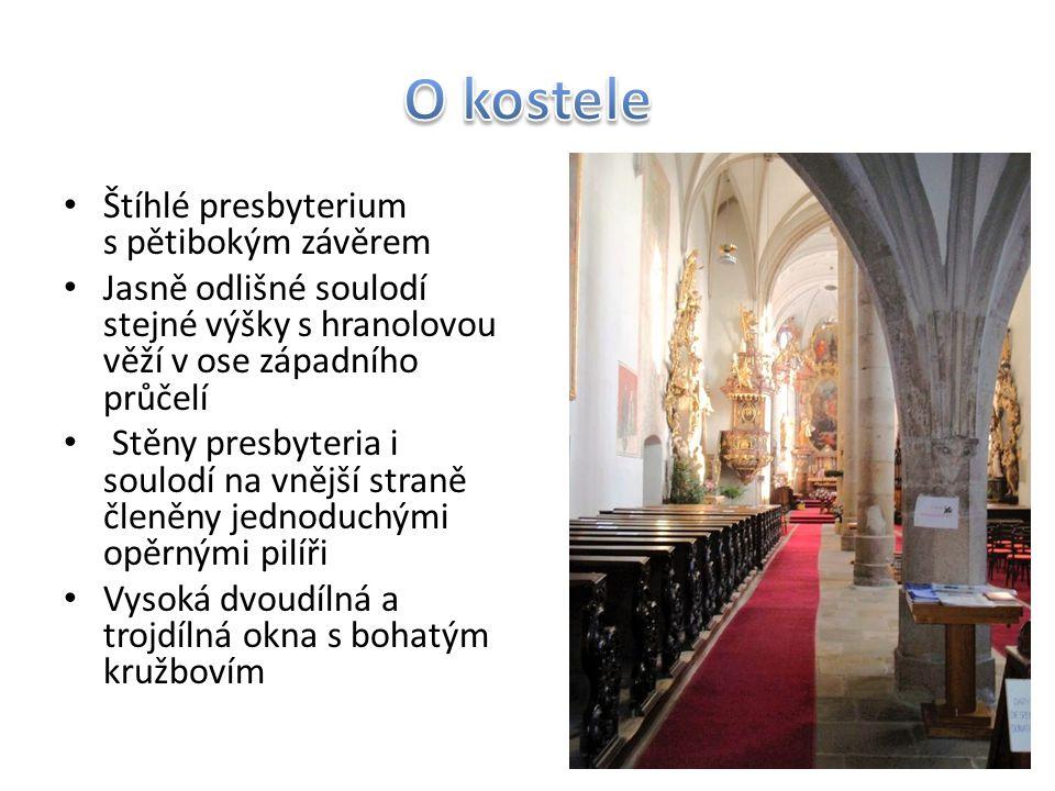 Štíhlé presbyterium s pětibokým závěrem Jasně odlišné soulodí stejné výšky s hranolovou věží v ose západního průčelí Stěny presbyteria i soulodí na vn