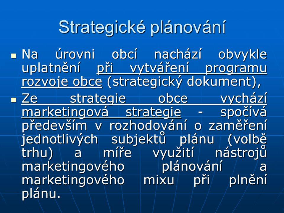 Strategické plánování Na úrovni obcí nachází obvykle uplatnění při vytváření programu rozvoje obce (strategický dokument), Na úrovni obcí nachází obvykle uplatnění při vytváření programu rozvoje obce (strategický dokument), Ze strategie obce vychází marketingová strategie - spočívá především v rozhodování o zaměření jednotlivých subjektů plánu (volbě trhu) a míře využití nástrojů marketingového plánování a marketingového mixu při plnění plánu.