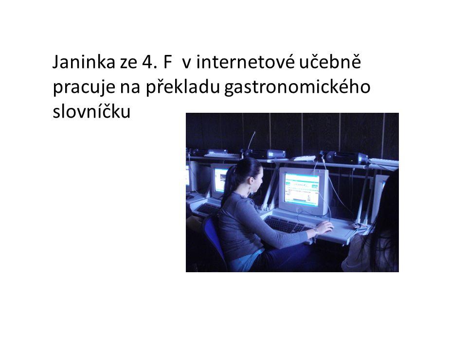 Janinka ze 4. F v internetové učebně pracuje na překladu gastronomického slovníčku
