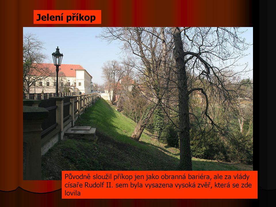 Původně sloužil příkop jen jako obranná bariéra, ale za vlády císaře Rudolf II. sem byla vysazena vysoká zvěř, která se zde lovila Jelení příkop