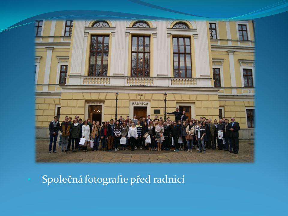 Společná fotografie před radnicí