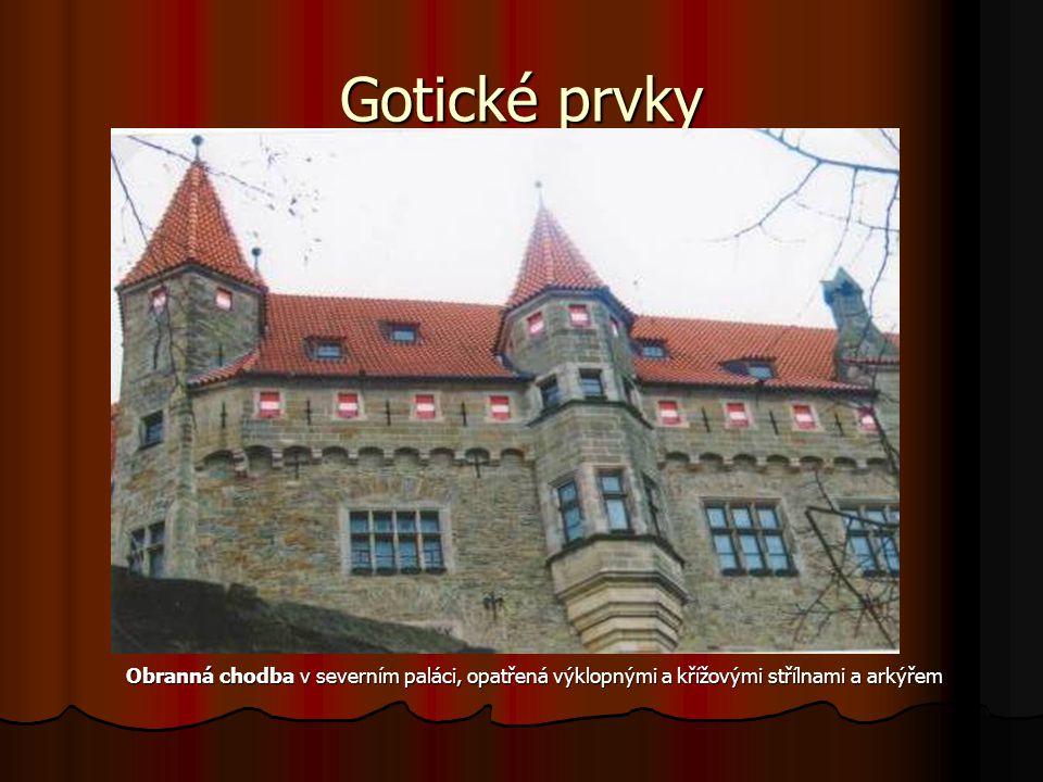 Gotické prvky Obranná chodba v severním paláci, opatřená výklopnými a křížovými střílnami a arkýřem Obranná chodba v severním paláci, opatřená výklopnými a křížovými střílnami a arkýřem