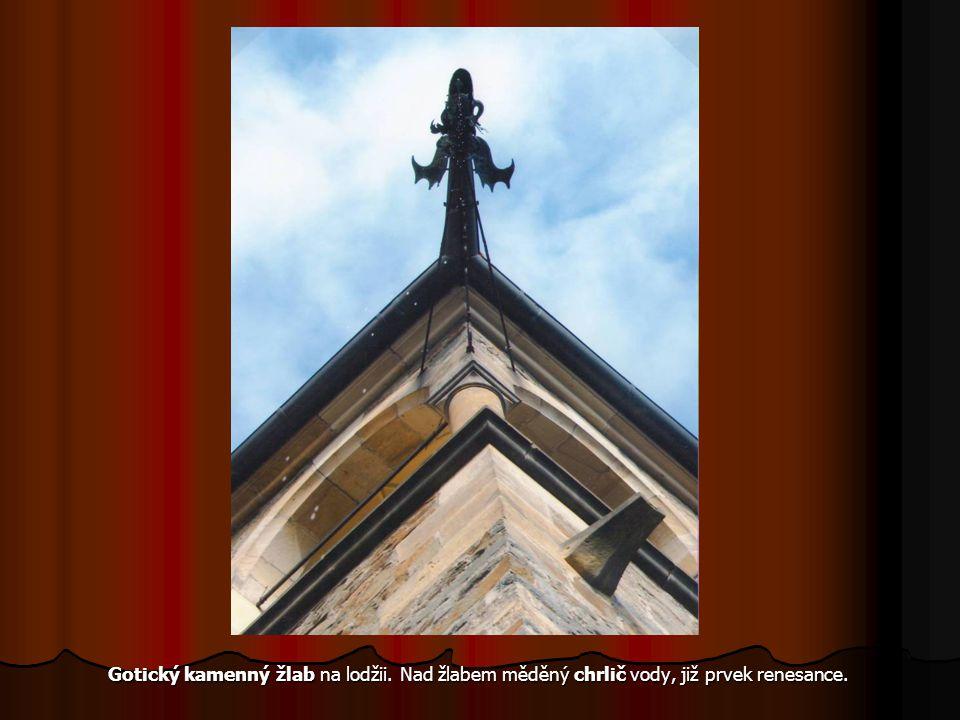 Gotický kamenný žlab na lodžii.Nad žlabem měděný chrlič vody, již prvek renesance.