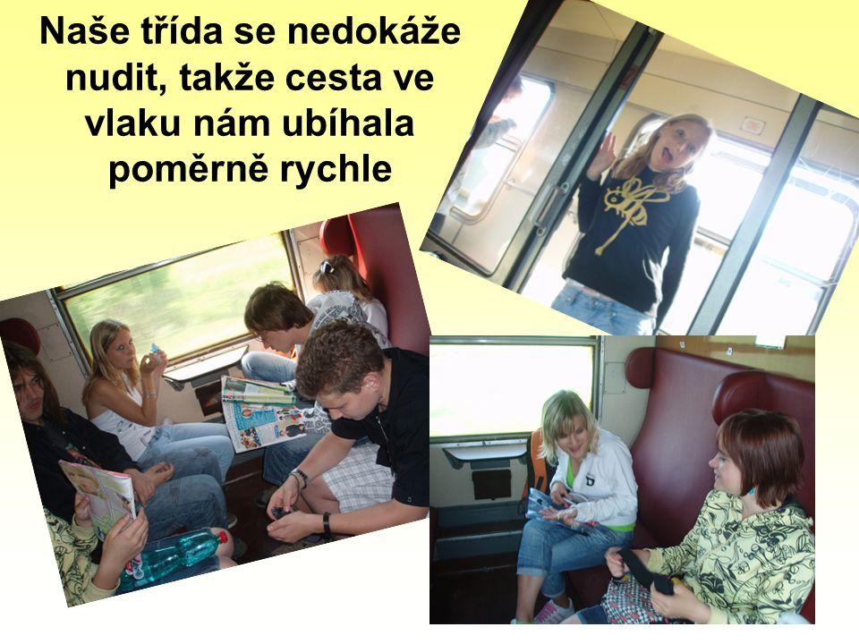 Naše třída se nedokáže nudit, takže cesta ve vlaku nám ubíhala poměrně rychle