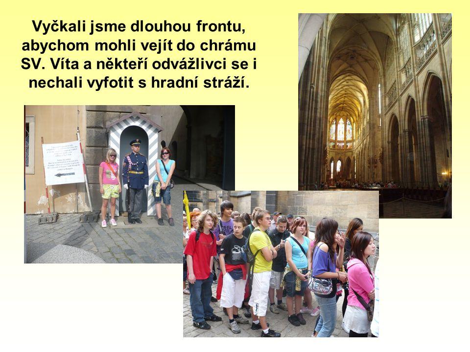 Vyčkali jsme dlouhou frontu, abychom mohli vejít do chrámu SV. Víta a někteří odvážlivci se i nechali vyfotit s hradní stráží.