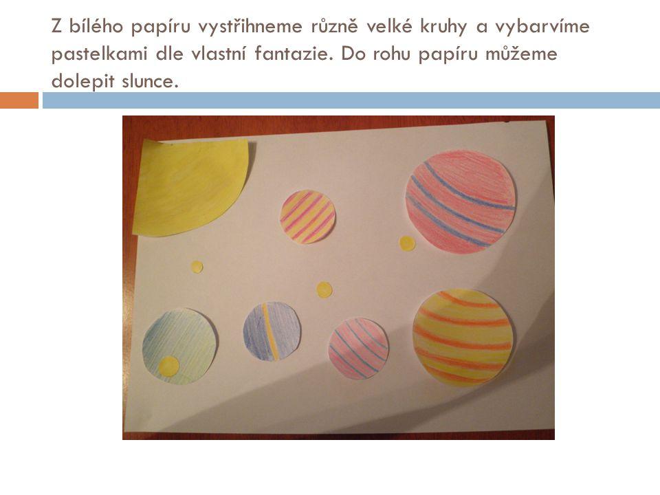 Z bílého papíru vystřihneme různě velké kruhy a vybarvíme pastelkami dle vlastní fantazie. Do rohu papíru můžeme dolepit slunce.