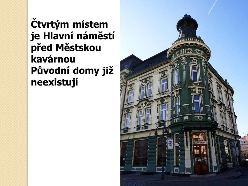 Čtvrtým místem je Hlavní náměstí před Městskou kavárnou Původní domy již neexistují