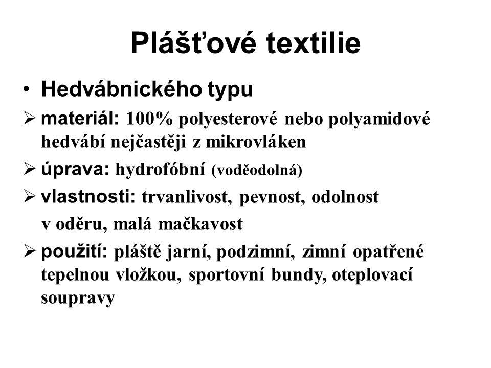 Plášťové textilie Hedvábnického typu  materiál: 100% polyesterové nebo polyamidové hedvábí nejčastěji z mikrovláken  úprava: hydrofóbní (voděodolná)  vlastnosti: trvanlivost, pevnost, odolnost v oděru, malá mačkavost  použití: pláště jarní, podzimní, zimní opatřené tepelnou vložkou, sportovní bundy, oteplovací soupravy