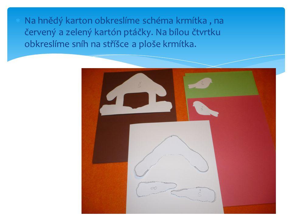  Na hnědý karton obkreslíme schéma krmítka, na červený a zelený kartón ptáčky. Na bílou čtvrtku obkreslíme sníh na stříšce a ploše krmítka.