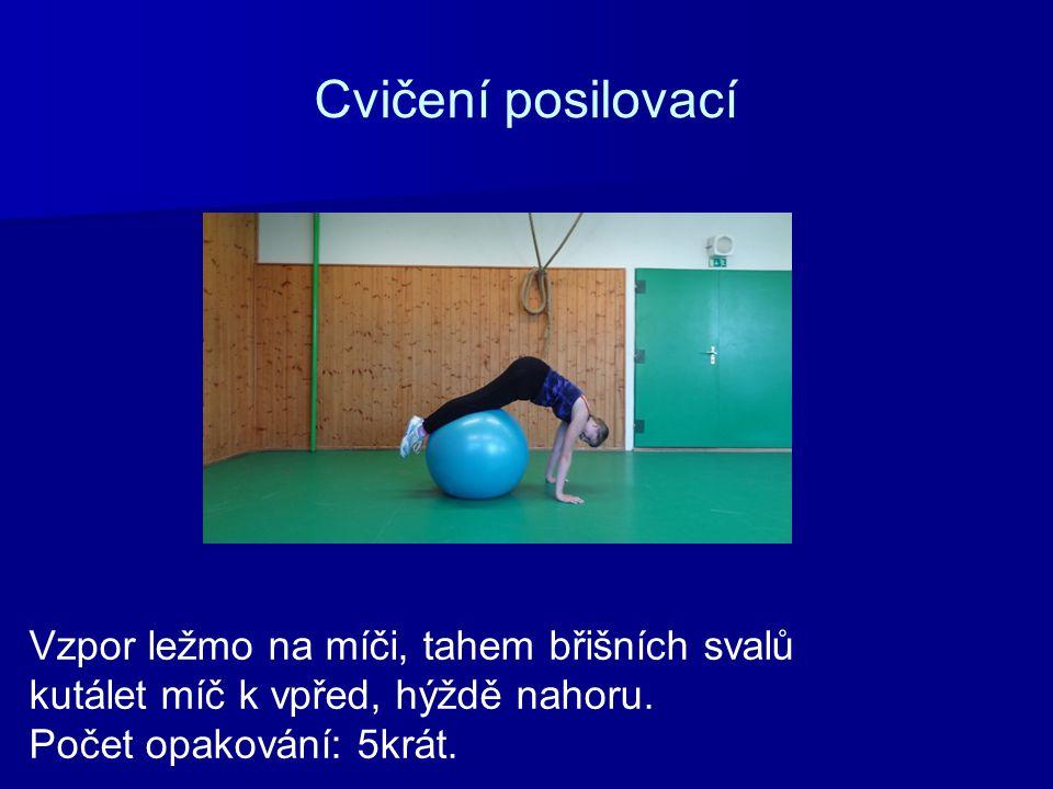 Cvičení posilovací Vzpor ležmo na míči, tahem břišních svalů kutálet míč k vpřed, hýždě nahoru. Počet opakování: 5krát.