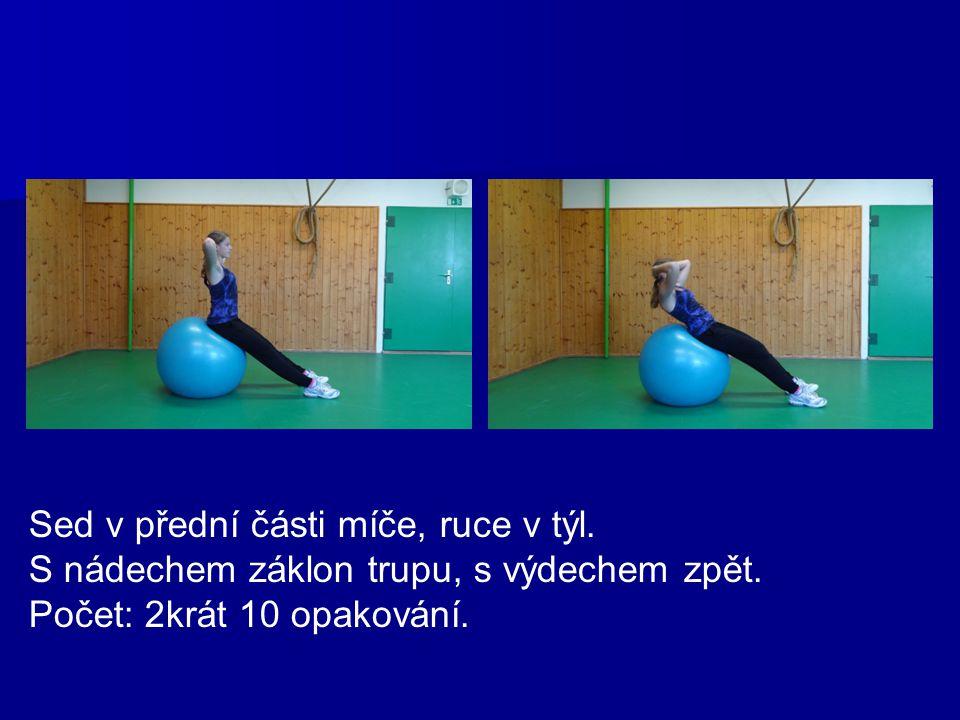 Sed v přední části míče, ruce v týl. S nádechem záklon trupu, s výdechem zpět. Počet: 2krát 10 opakování.