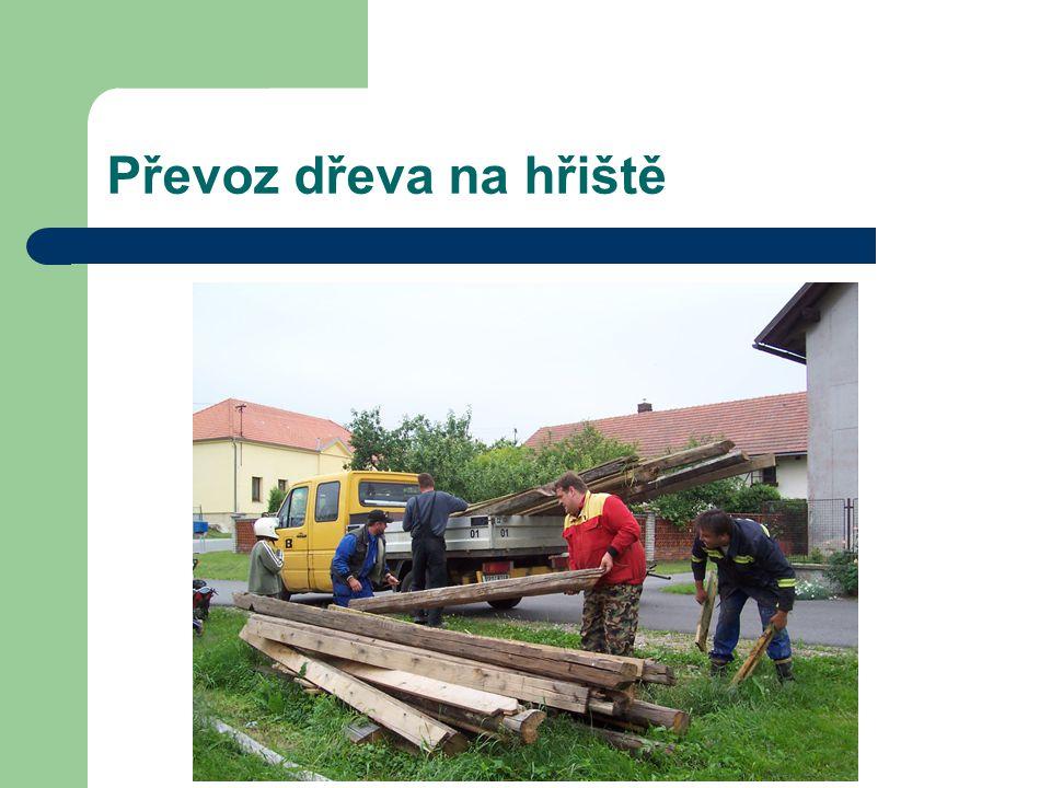 Převoz dřeva na hřiště