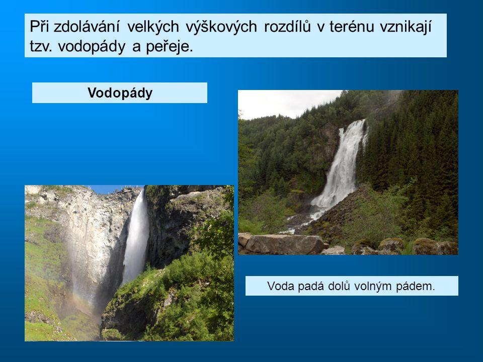Při zdolávání velkých výškových rozdílů v terénu vznikají tzv. vodopády a peřeje. Peřeje Voda stéká po skále. Vodopády Voda padá dolů volným pádem.