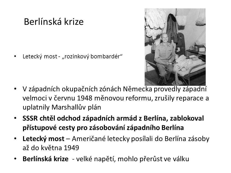 """Berlínská krize Letecký most - """"rozinkový bombardér V západních okupačních zónách Německa provedly západní velmoci v červnu 1948 měnovou reformu, zrušily reparace a uplatnily Marshallův plán SSSR chtěl odchod západních armád z Berlína, zablokoval přístupové cesty pro zásobování západního Berlína Letecký most – Američané letecky posílali do Berlína zásoby až do května 1949 Berlínská krize - velké napětí, mohlo přerůst ve válku"""