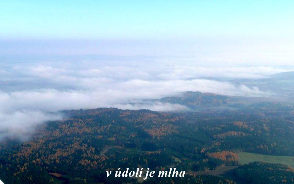 v údolí je mlha