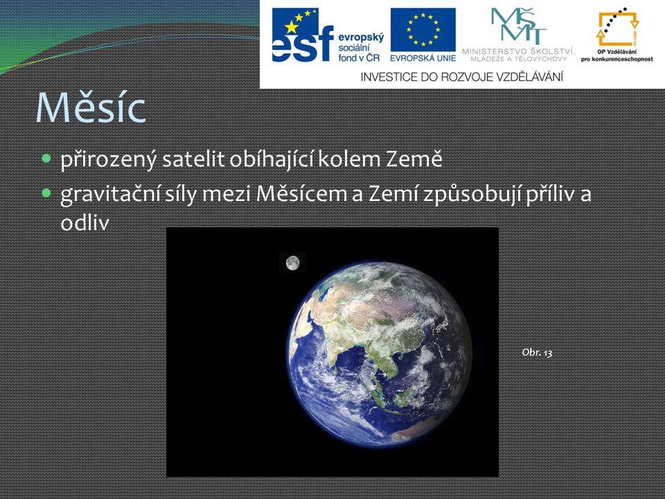 Měsíc přirozený satelit obíhající kolem Země gravitační síly mezi Měsícem a Zemí způsobují příliv a odliv Obr. 13
