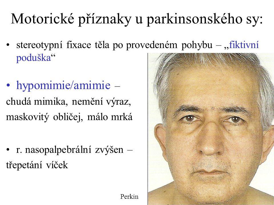 """Motorické příznaky u parkinsonského sy: stereotypní fixace těla po provedeném pohybu – """"fiktivní poduška"""" hypomimie/amimie – chudá mimika, nemění výra"""